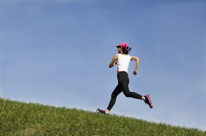 坂道を走る女性