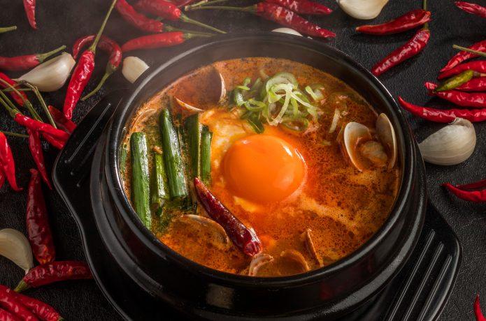 辛いものが好きな人は豆腐入りキムチスープも!