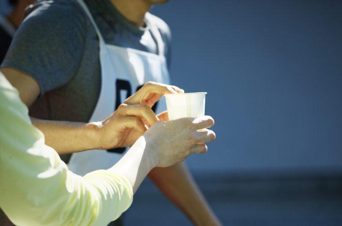 マラソンの給水をこぼさず上手におこなう方法!