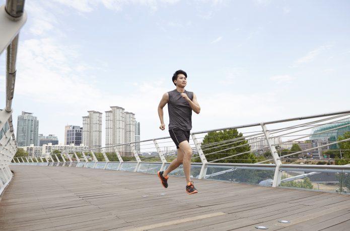 長距離を走るなら膝や足首の負担が少ないミッドフットがおすすめ