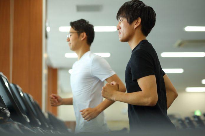トレーニングに励む男性