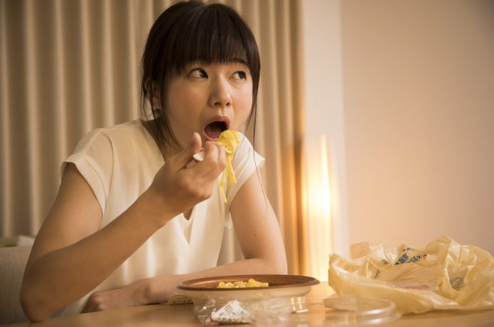 なぜ夜食べると太りやすいの?ダイエットで夕食の時間が重要な理由