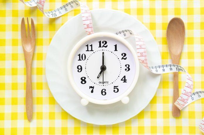 ダイエット中は夕食の時間はもちろん、食べ方にもポイントがある!