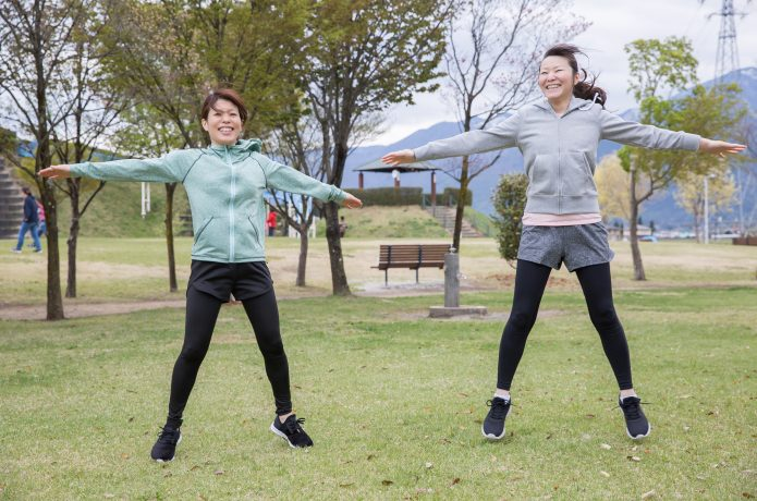 ジャンプや軽いジョギングをして体を温める