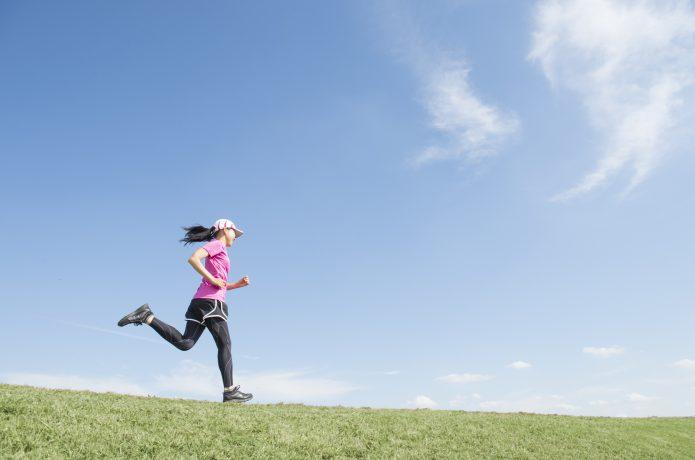 速いペースで走る女性