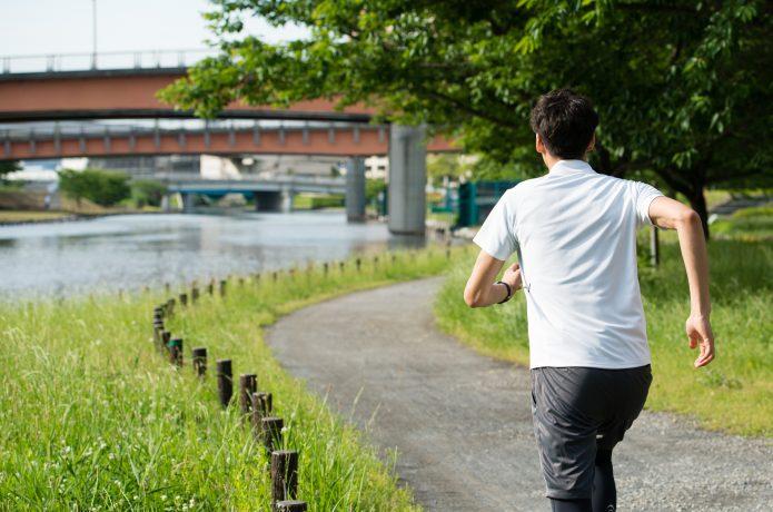 木や橋を目標物にして走る男性