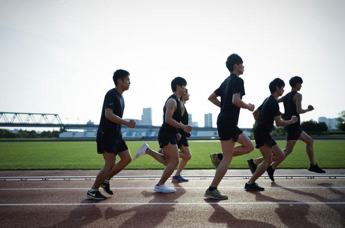 筋肉に負荷のかかるスピードで走る集団