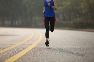 マラソンの練習に取り組むランナー