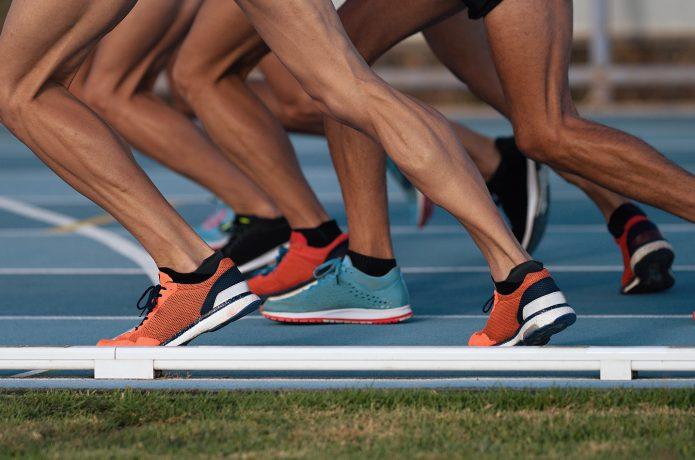 スピードトレーニングに取り組むランナーの足元