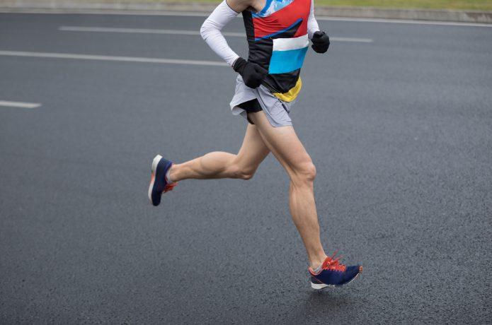 フォームを意識して走る男性