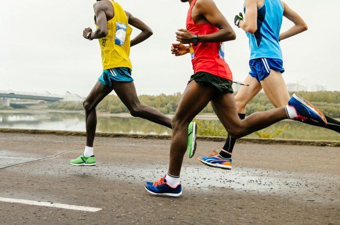 集団でファルトレクを行うマラソン選手たち
