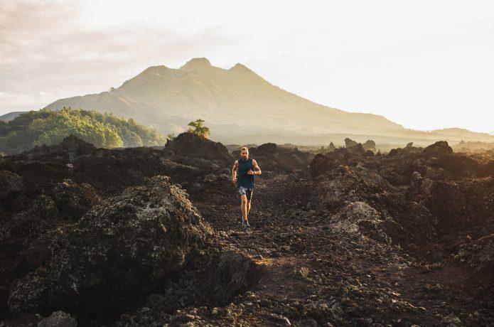 変化に富んだ地形を走るランナー