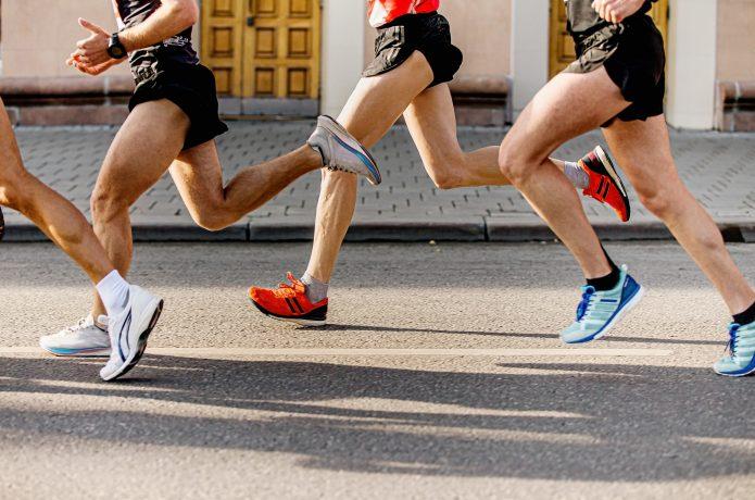 高強度トレーニングに取り組む複数のランナー