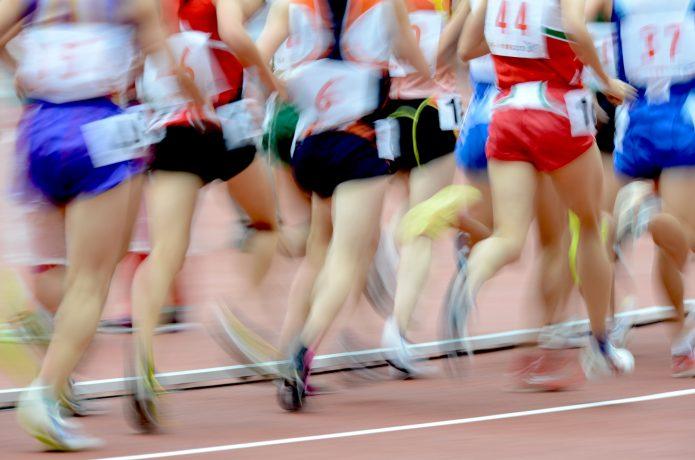 速いスピードで走る集団