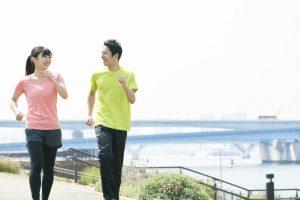 健康 歩く カップル