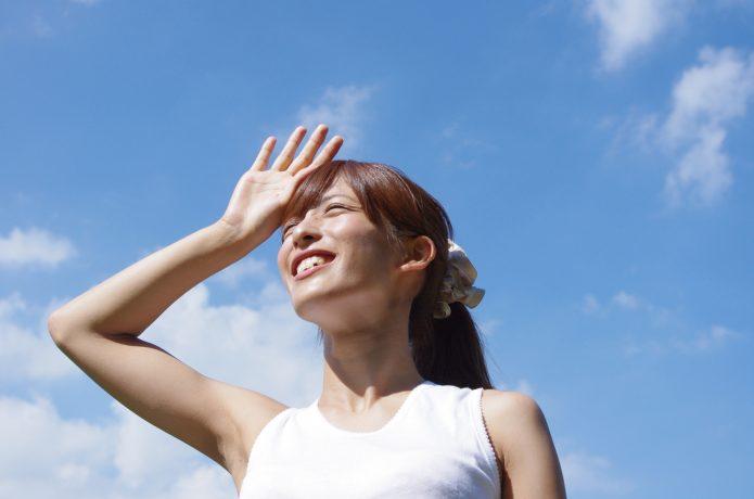 夏の日射しを受ける女性