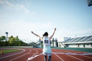 マラソンでゴールする女性