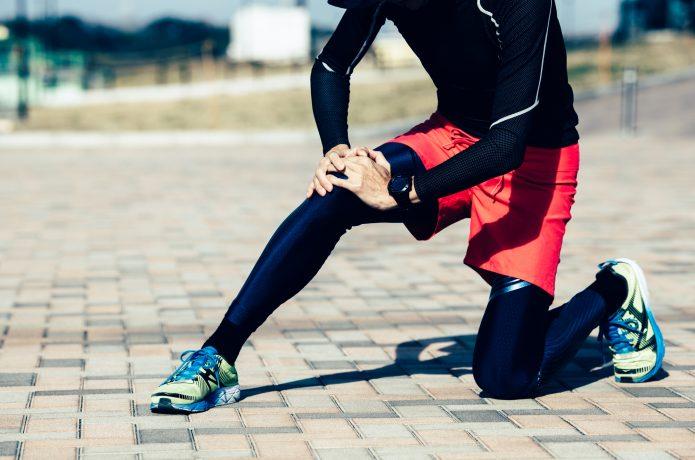 膝を痛めているランナーのイメージ画像