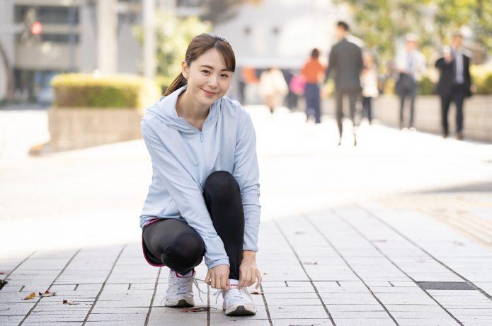 昼休みにランニングを始める女性