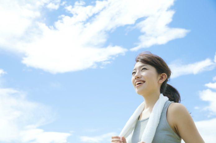 マラソンを終えて達成感を感じる女性イメージ