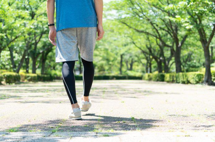 ゆっくり歩いている人のイメージ画像