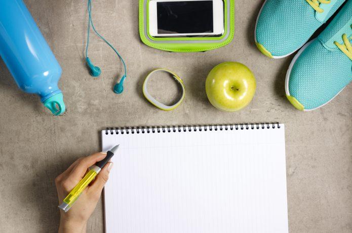 練習の記録をノートに記入する様子