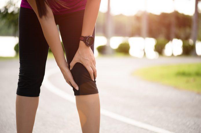 膝に痛みを抱える女性