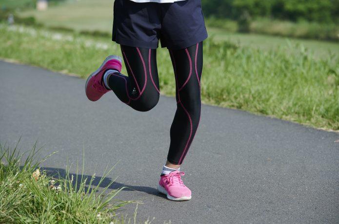 ランニングタイツを履いて走る女性