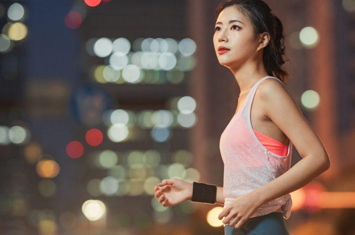 夜にランニングをする女性