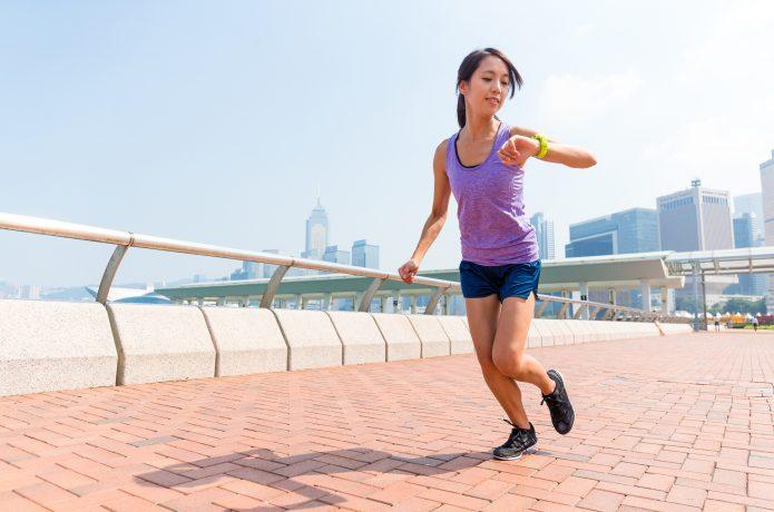 ペースをチェックする女性ランナー