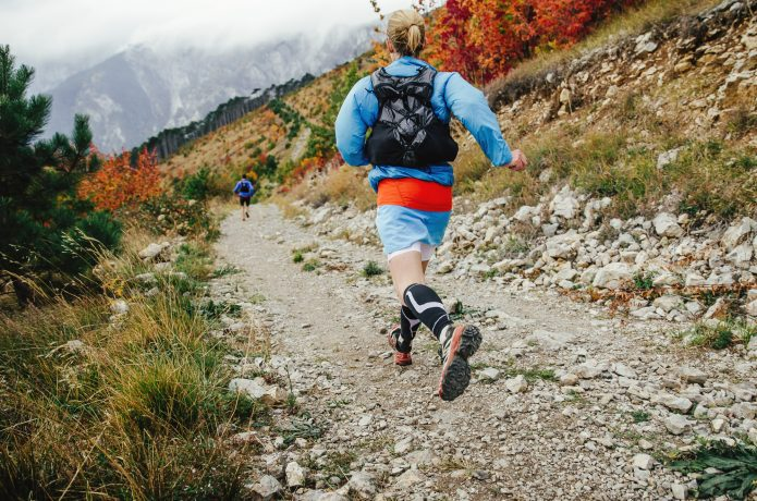 自然の中を走る女性