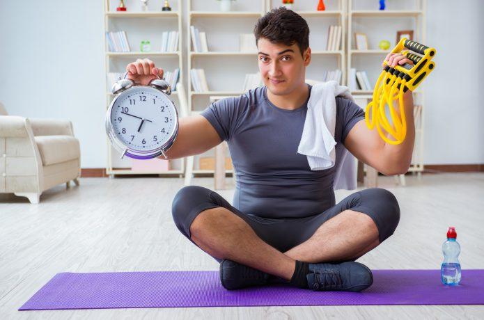 時間を意識する男性