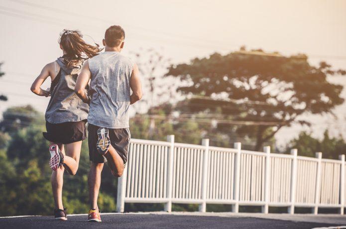 一定のペースで走る男女