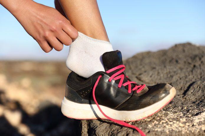靴を脱いでソックスを見せる女性