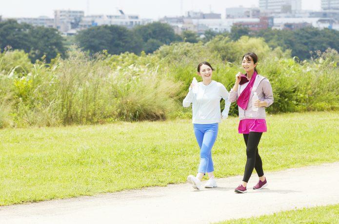 ウォーキングをする二人の女性