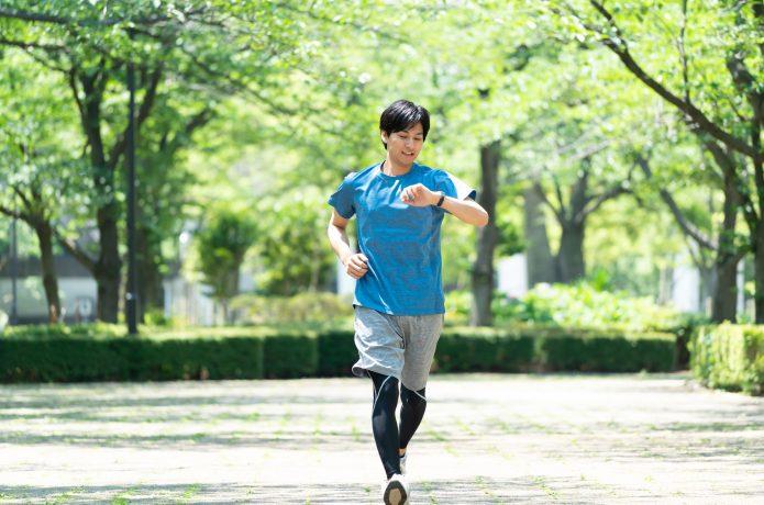 ペースを意識して走る男性