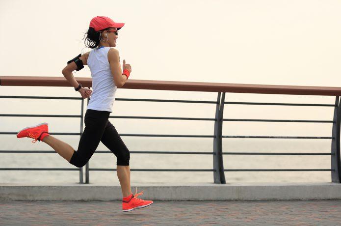 川沿いを走る女性