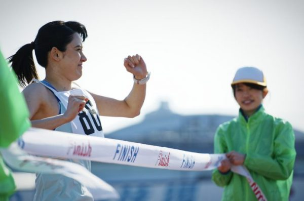 フルマラソンのゴールテープを切る女性
