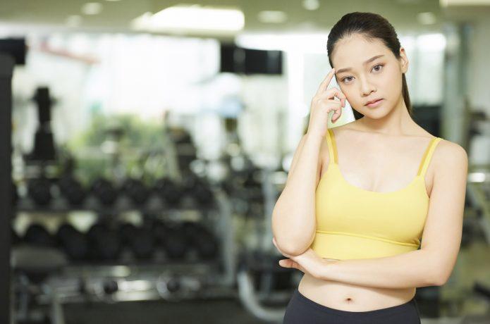 トレーニング方法を考える女性
