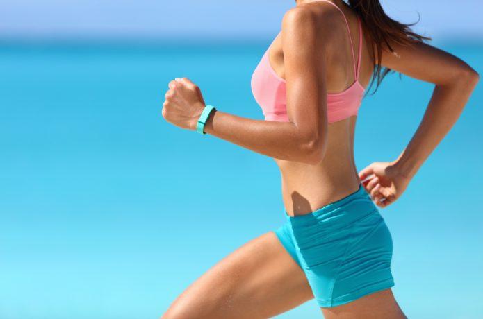 バランスを鍛えて走る女性