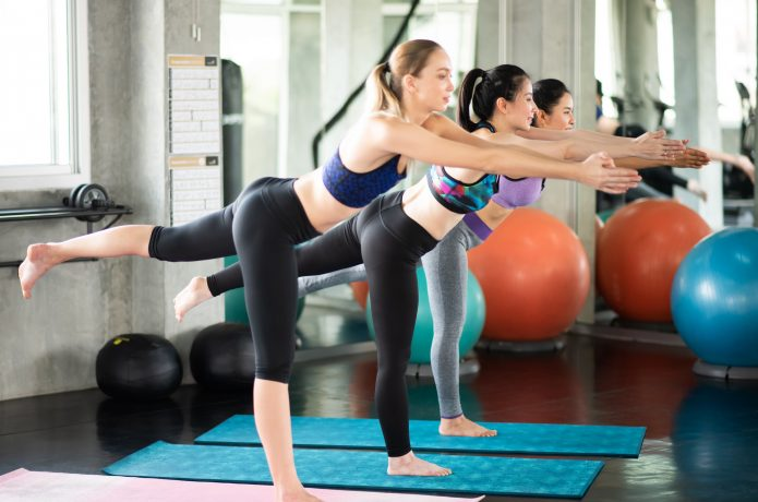 ジムで体幹トレーニングしている女性