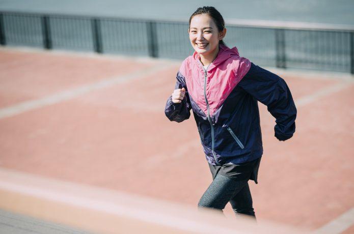 自分のペースで楽しく走る女性
