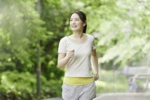 公園 自然の中を歩く女性