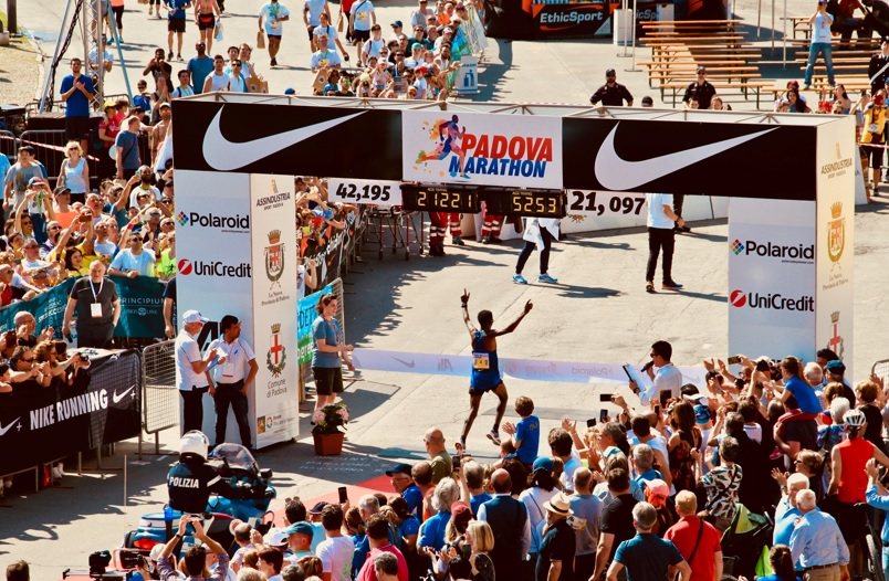マラソンでゴールする男性