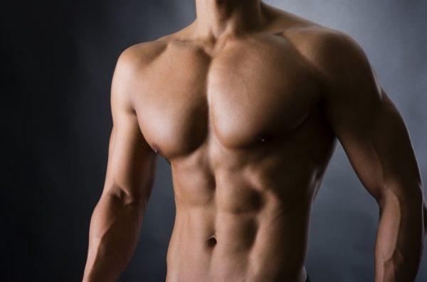 胸板が厚い男性