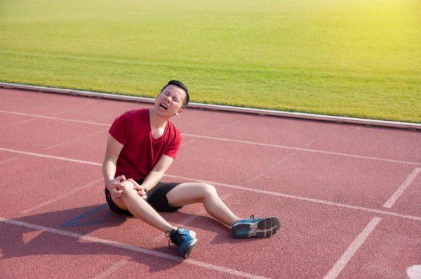 男性ランナー 競技場 足が痛い