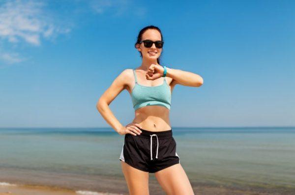 サングラスをしている若い女性ランナー