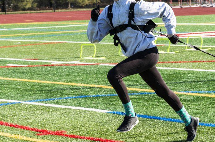 重りを背負って走る高負荷トレーニング