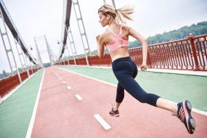 無酸素運動となるスピード練習をする女性