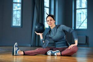 メディシンボールでトレーニングをする女性